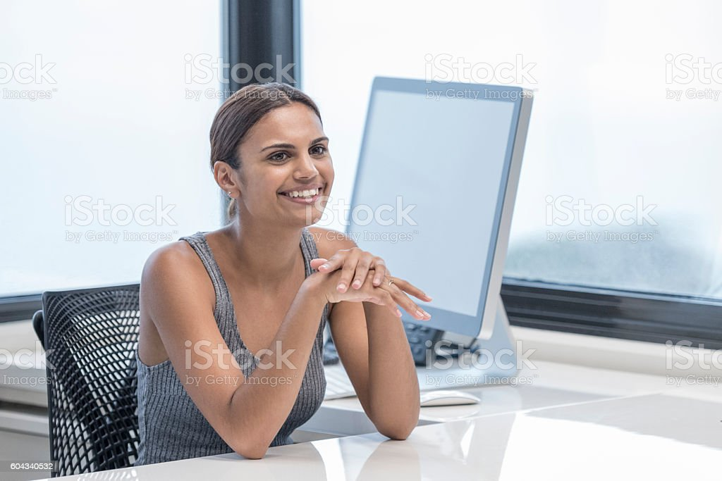 Portrait of happy Aboriginal Australian businesswoman sitting at desk – Foto