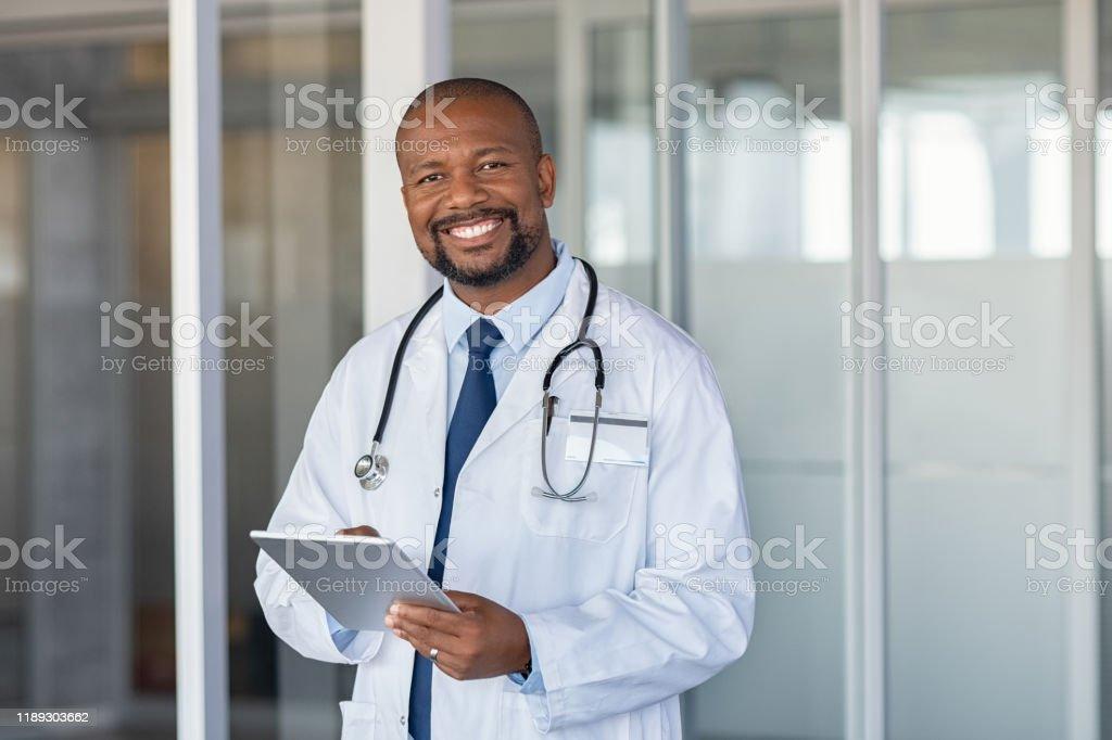 Portret van de gelukkige Afrikaanse arts in privé kliniek - Royalty-free 40-49 jaar Stockfoto