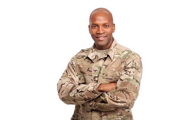 portrait of happy american african soldier with arms crossed - soldaat stockfoto's en -beelden