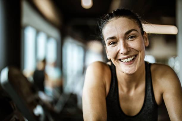 portret van gelukkige atletische vrouw vol zweet in een sportschool. - atlete stockfoto's en -beelden
