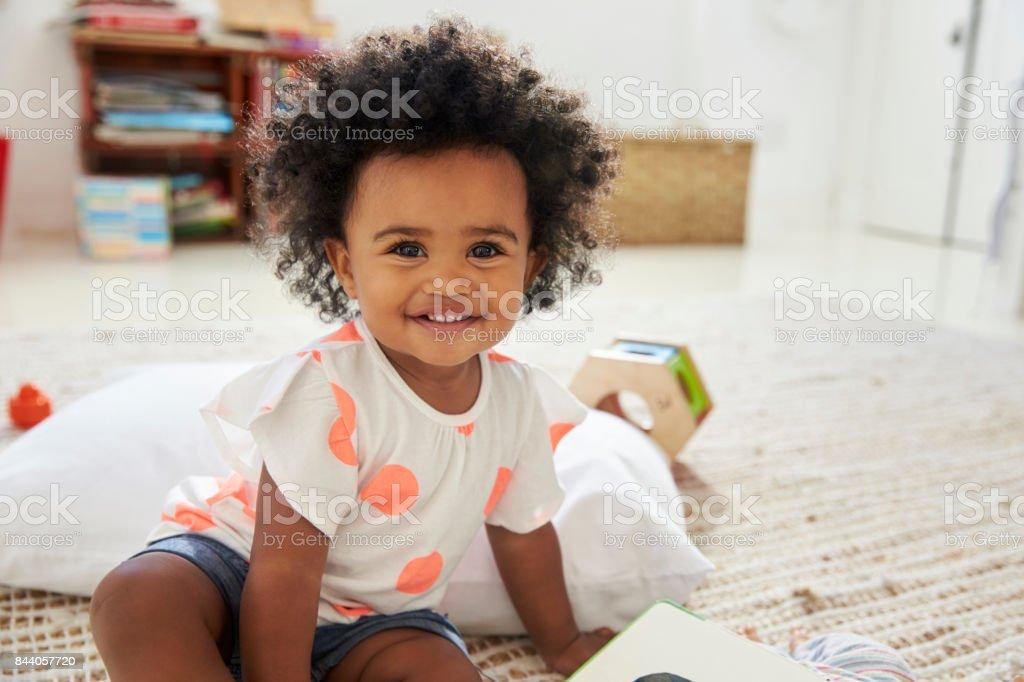 Retrato de menina feliz, brincar com os brinquedos na sala de jogos - foto de acervo