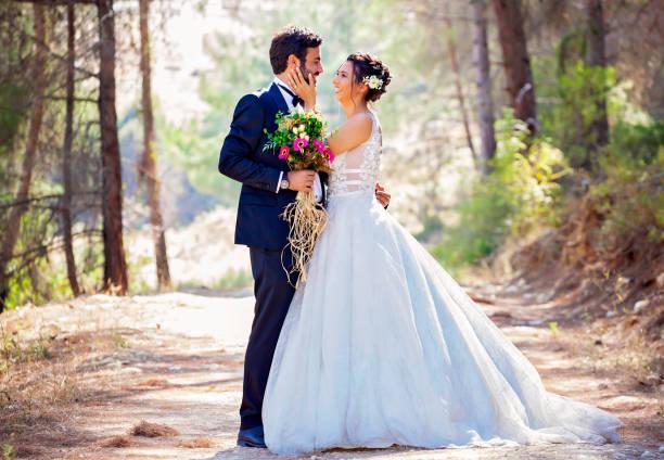Porträt der glücklichen Braut und Bräutigam im Freien in der Natur. – Foto