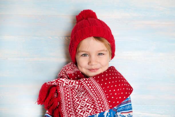 Retrato de feliz Navidad niño de sombrero rojo - foto de stock