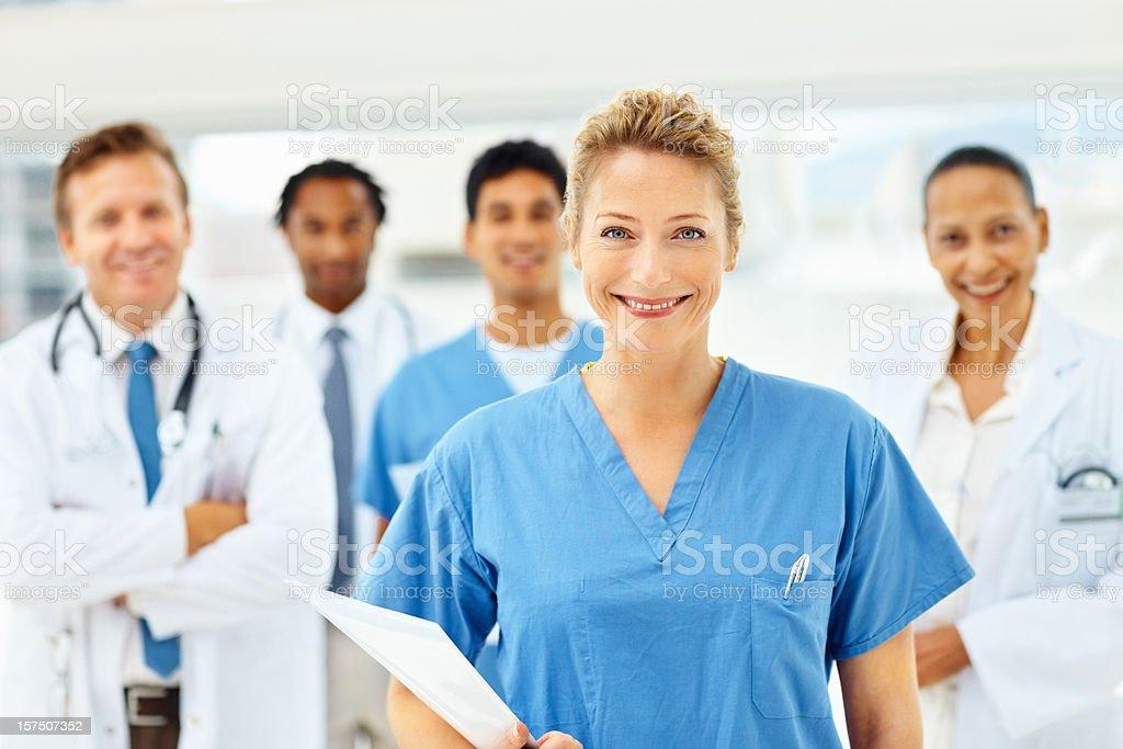 Porträt von glücklich Ärzte stehen gemeinsam - Lizenzfrei Fachberuf Stock-Foto