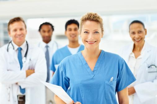 Porträt Von Glücklich Ärzte Stehen Gemeinsam Stockfoto und mehr Bilder von 20-24 Jahre