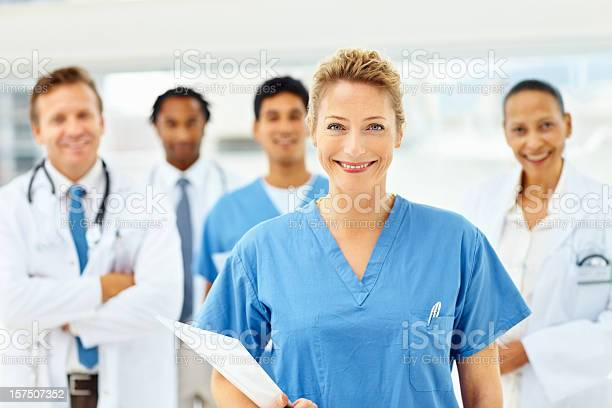 Porträt Von Glücklich Ärzte Stehen Gemeinsam Stockfoto und mehr Bilder von Fachberuf