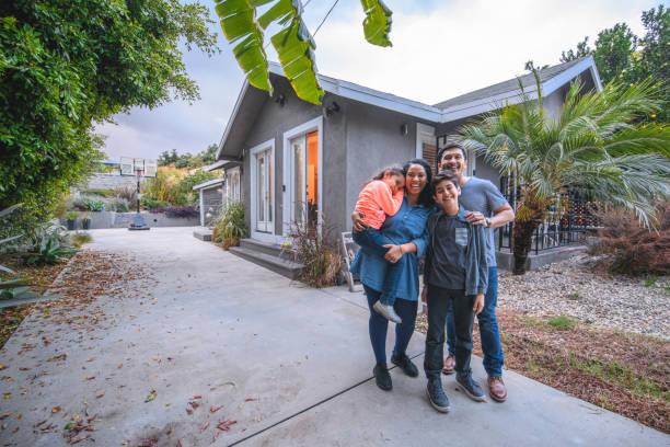Porträt glücklicher Familie gegen Haus – Foto