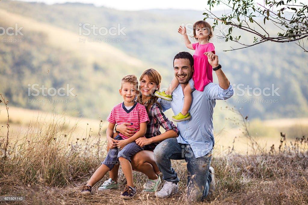 Ritratto di famiglia felice godendo di una giornata nella natura. foto stock royalty-free