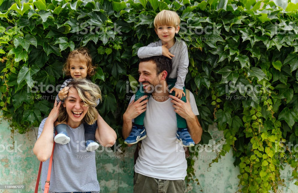 Porträt der glücklichen Familie im Freien - Lizenzfrei 12-17 Monate Stock-Foto