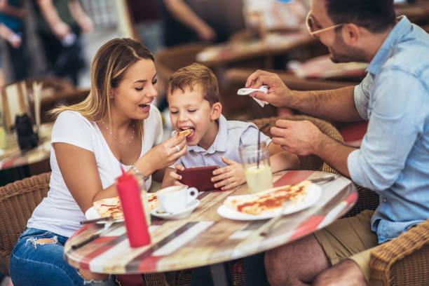 retrato de la familia feliz pasando tiempo en pizzería - couple lunch outdoors fotografías e imágenes de stock