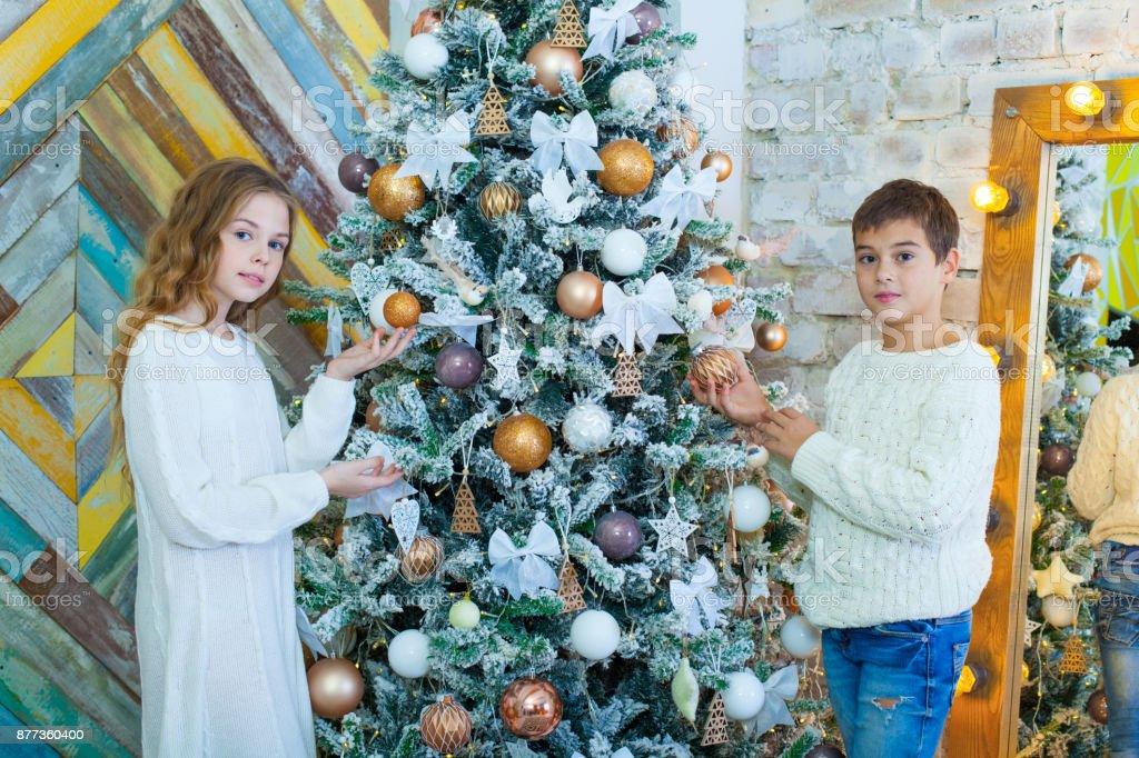 Portrat Des Glucklichen Madchen Und Jungen Schmucken Weihnachtsbaum Stockfoto Und Mehr Bilder Von 2015