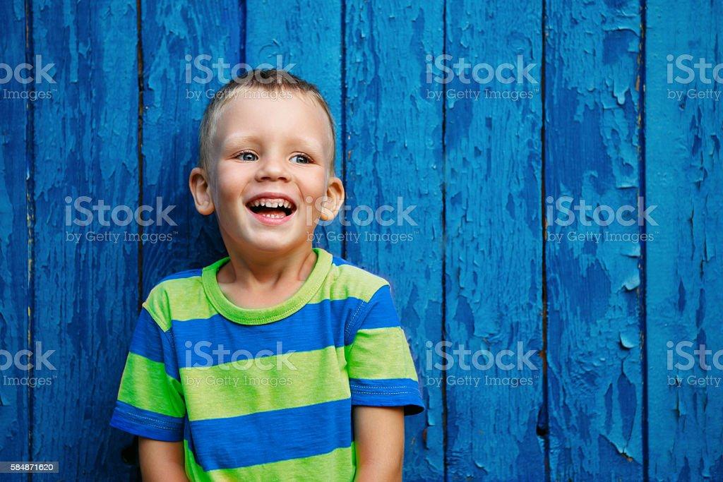 Porträt von glücklich fröhlich schöne kleine Jungen – Foto