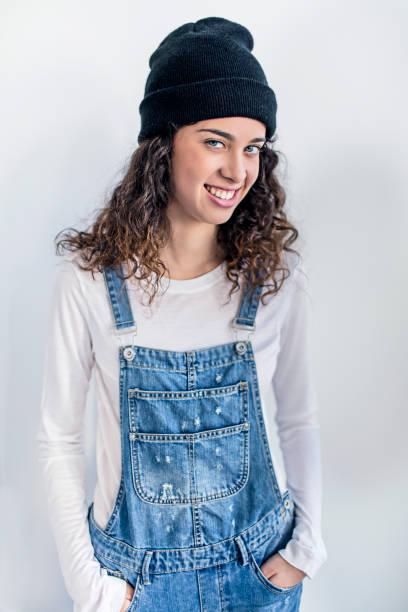 porträt von glücklich lesben gegen weiße wand - jumpsuit blau stock-fotos und bilder
