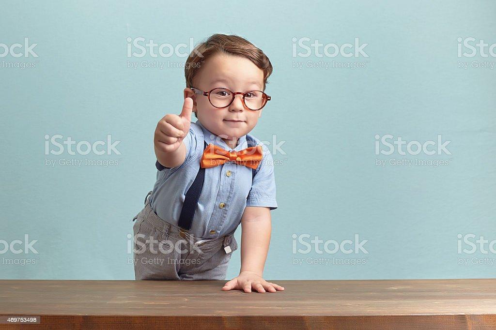 Portrait de l'heureux petit garçon vous donnant thumbs up - Photo