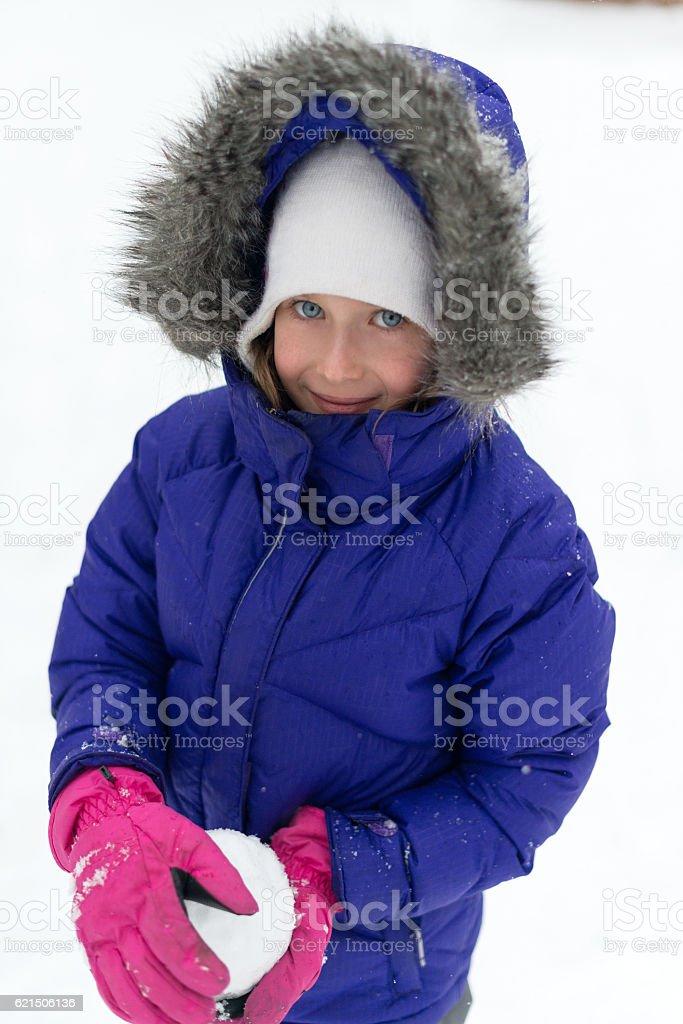 Portrait of happy little girl in winter time. photo libre de droits