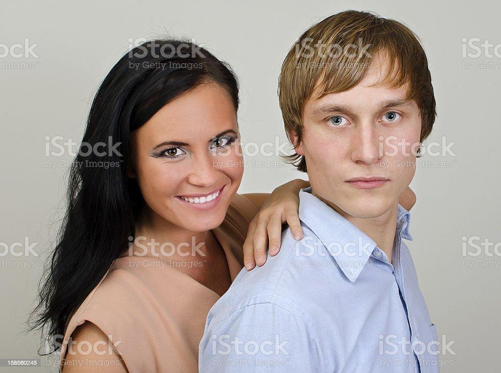 인물 행복함 사랑하는 커플입니다 on 회색 배경. royalty-free 스톡 사진