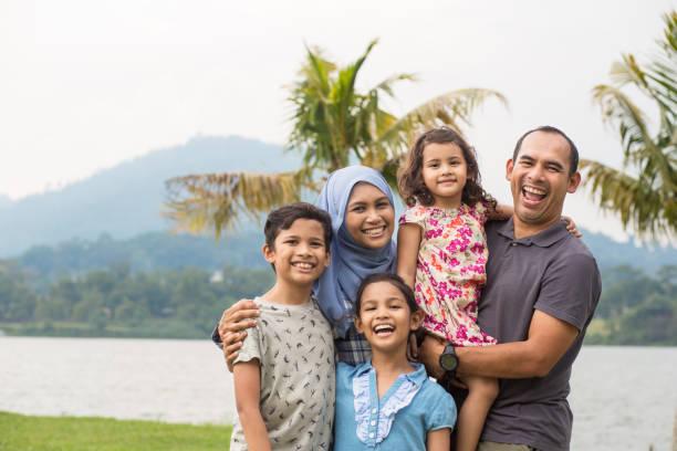retrato de família da malásia feliz no parque - malásia - fotografias e filmes do acervo