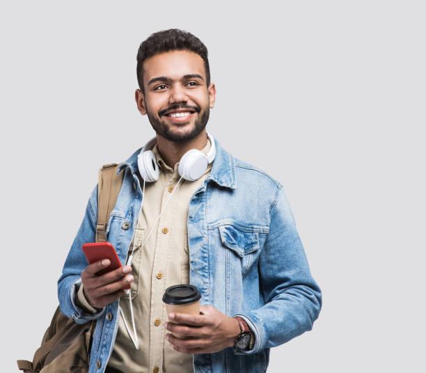 retrato de estudiante hombre feliz que va en un viaje - estudiante fotografías e imágenes de stock