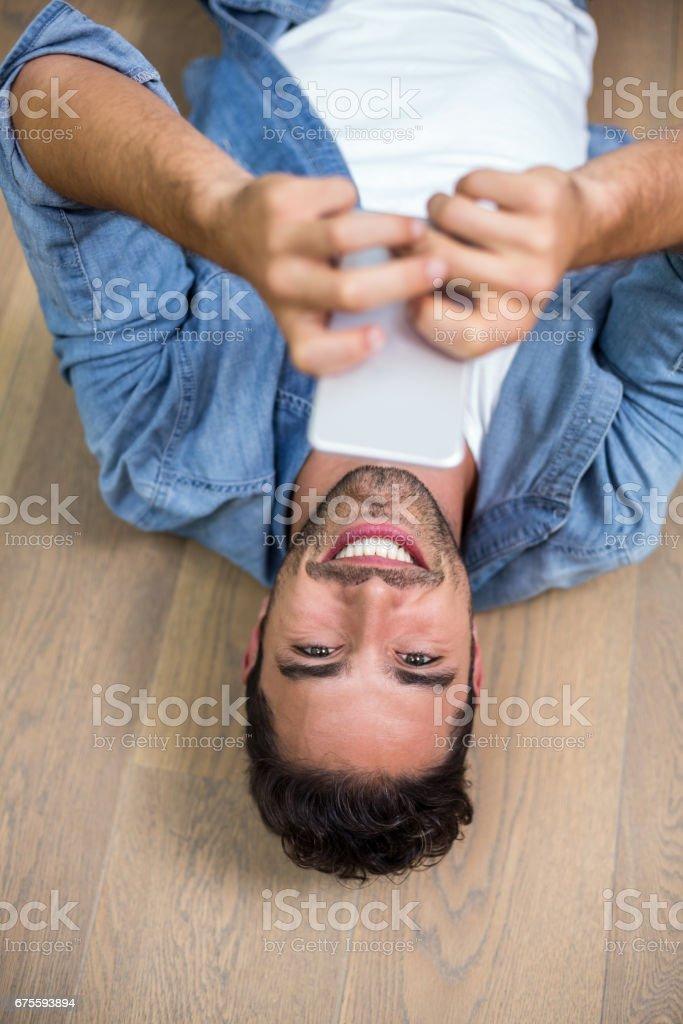 Portrait d'un homme heureux à l'aide de téléphone photo libre de droits