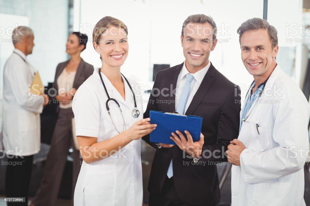 Portrait de l'équipe médicale heureux avec le presse-papier photo libre de droits