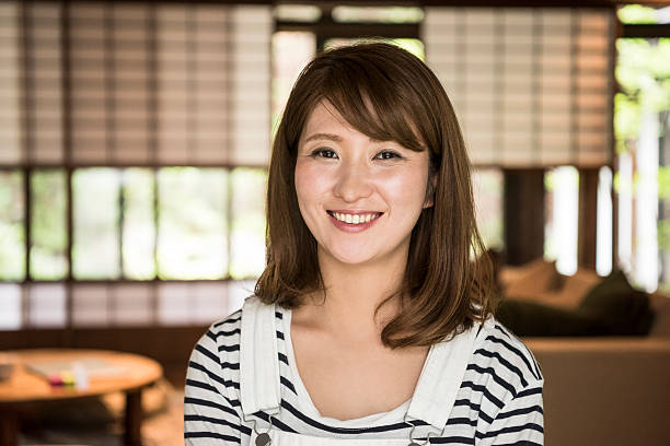 portrait of happy mid adult japanese woman - japanische haarschnitt stock-fotos und bilder