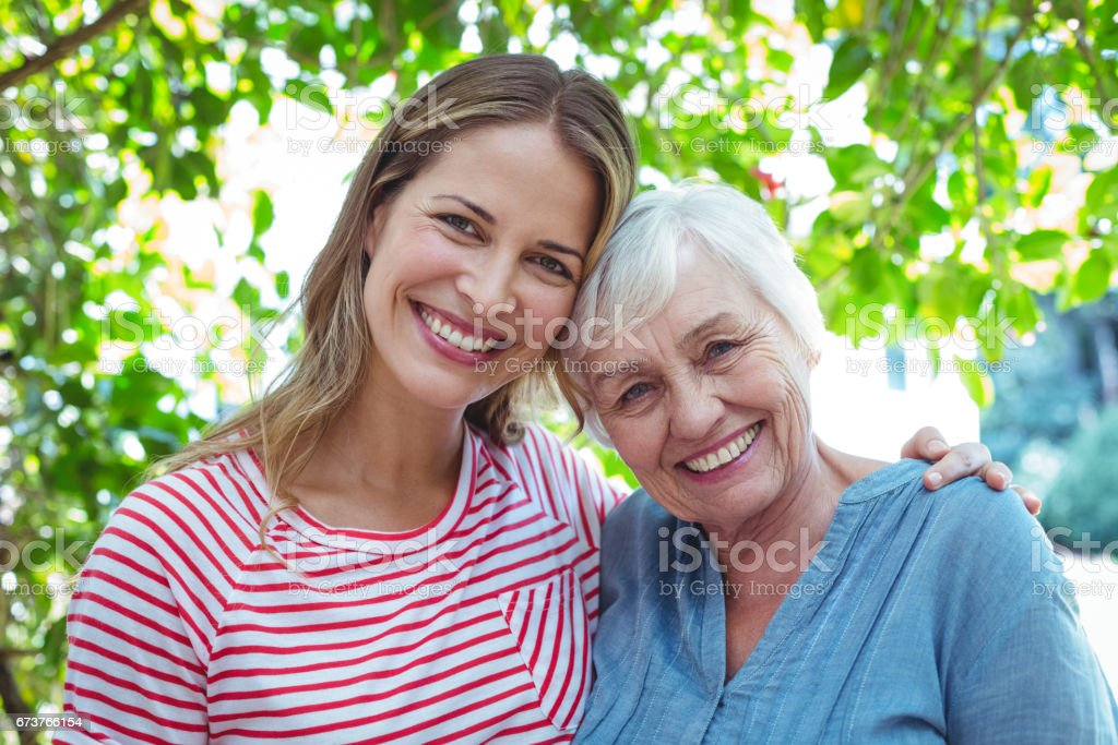 Portrait de l'heureuse mère et fille - Photo