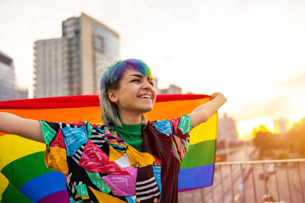 """ジェンダー流体旗を振る幸せな非バイナリーの人の肖像画 - """"gender fluid"""" ストックフォトと画像"""