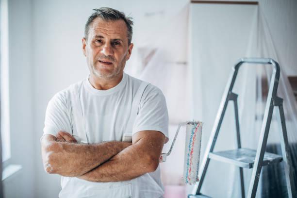 porträt des glücklichen malers - künstler stock-fotos und bilder