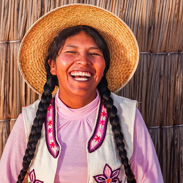 portrait of happy peruvian woman, uros floating island, lake tititcaca - 玻利維亞 個照片及圖片檔