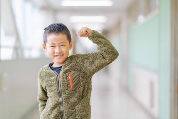 廊下の幸せな男子生徒の肖像 - 小学校 ストックフォトと画像