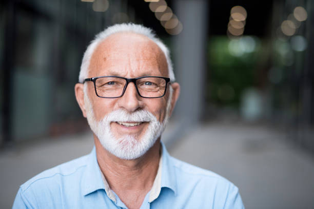 porträt eines glücklichen senior geschäftsmann. - einzelner senior stock-fotos und bilder