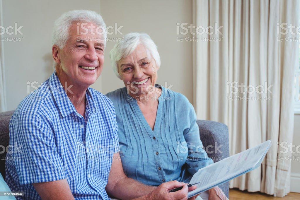 Portrait de l'heureux couple de personnes âgées avec des factures photo libre de droits
