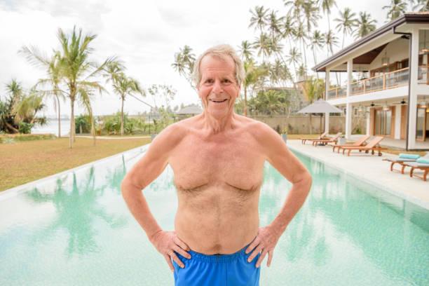ritratto di uomo anziano felice in piscina - a petto nudo foto e immagini stock
