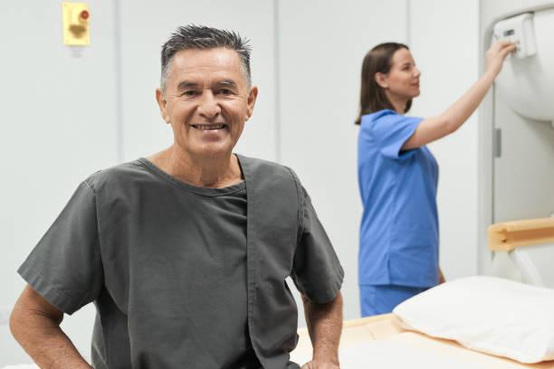Porträt Happy Senior Man Lächeling als Patient im Krankenhaus – Foto
