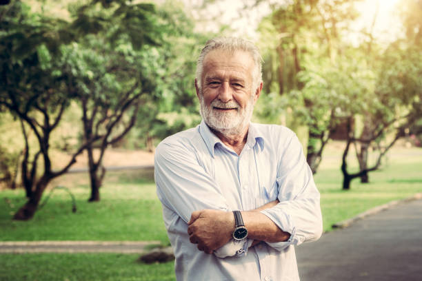 porträt von glücklich senior mann im park. elder gesundheits- und altersvorsorge-konzept. - einzelner senior stock-fotos und bilder