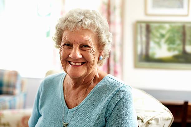 portrait of happy senior woman - seulement des femmes seniors photos et images de collection