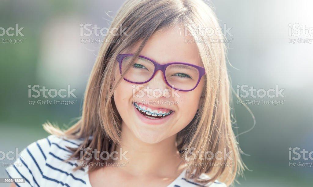 Porträt von glücklich lächelnde Mädchen mit Zahnspangen und Gläser. – Foto