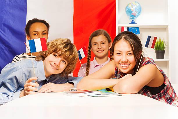feliz adolescente retrato de estudiantes banderas de retención - cultura francesa fotografías e imágenes de stock