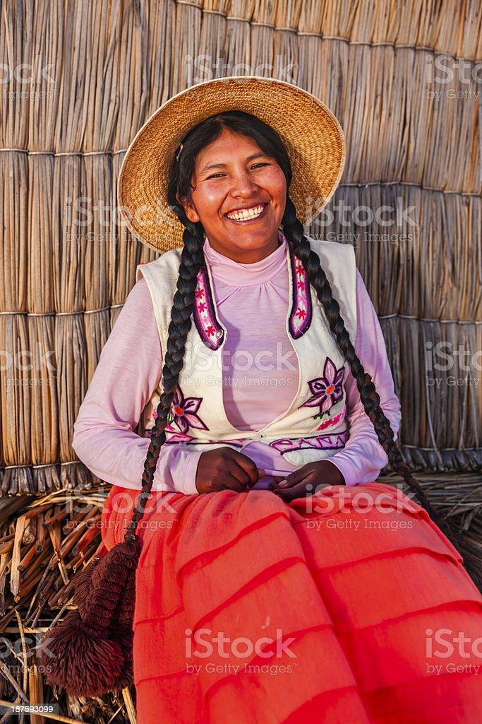 Retrato de feliz mulher Uros ilha flutuante, Lake Tititcaca - foto de acervo