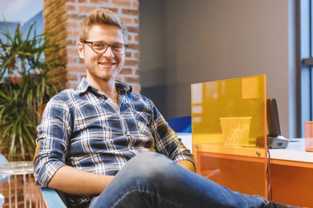 retrato de homem feliz cliente jovem no escritório de vendas - costumer - fotografias e filmes do acervo