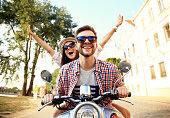 の肖像幸せな若いカップルのお客様にはスクーターの旅をお楽しみいただけます。