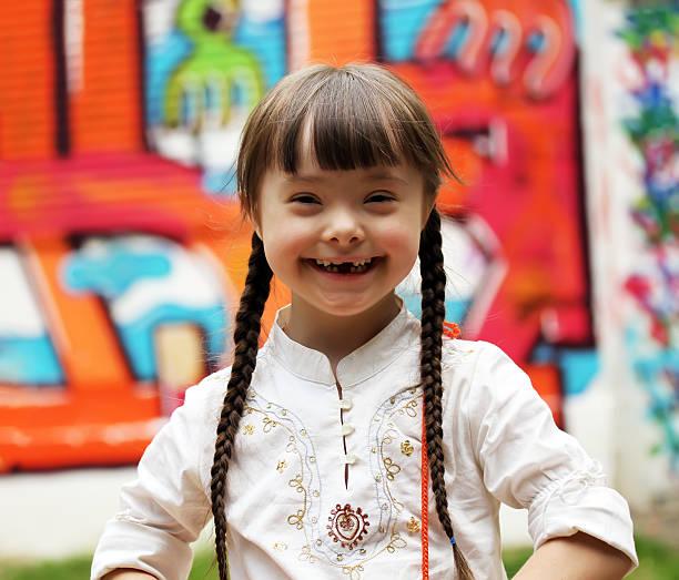 porträt glückliche junge mädchen - sprüche kinderlachen stock-fotos und bilder