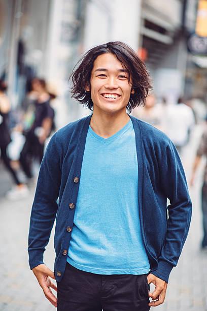 Retrato de hombre joven feliz al aire libre japonés - foto de stock
