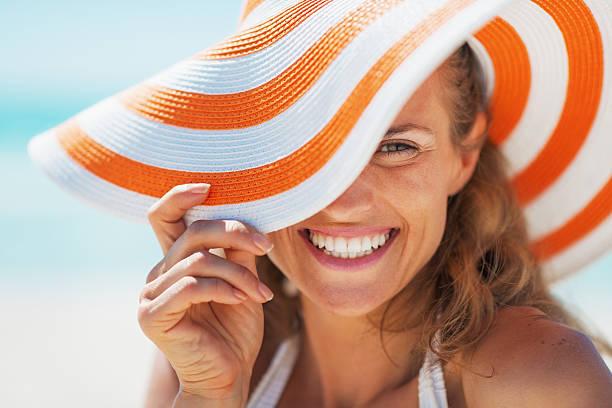Porträt der glückliche junge Frau in Badeanzug und Strand Hut – Foto