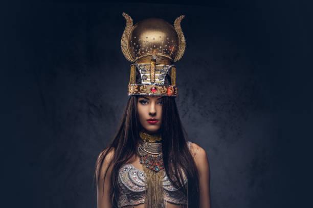 porträt der hochmütigen ägyptischen königin in einem alten pharaonen-kostüm. - ägyptisches make up stock-fotos und bilder