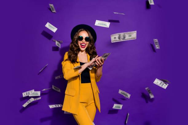 肖像她她漂亮有吸引力的歡快的快樂積極時尚豪華波浪頭髮女士扔1億費用孤立在明亮生動閃耀紫丁香背景 - money 個照片及圖片檔