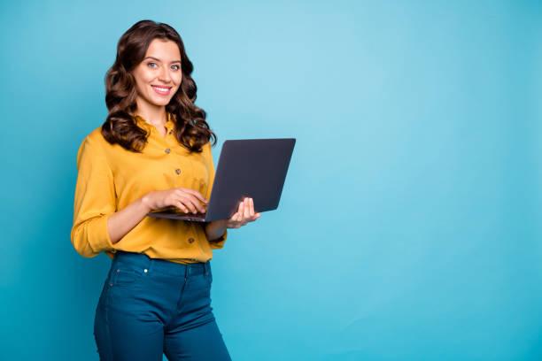 Porträt von ihr sie schöne attraktive zuversichtlich fröhliche fröhliche wellig-haarige Mädchen halten in den Händen Laptop erstellen Web-Design isoliert auf hellen lebendigen Glanz leuchtend grün blau Türkis Farbe Hintergrund – Foto