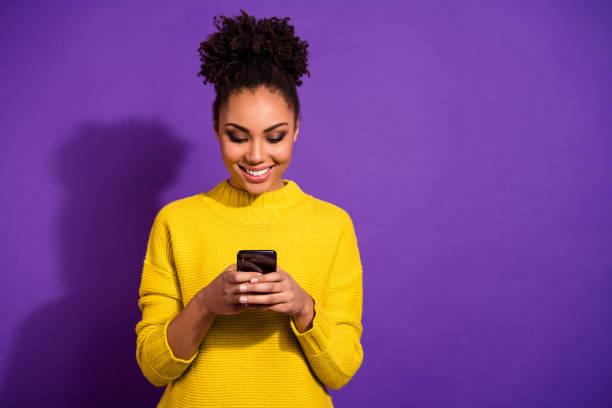 Porträt von ihr sie schöne schöne schöne winsome fokussiert fröhliche fröhliche wellig-haarige Mädchen hält in den Händen Gerät chatten auf Web isoliert über hellen lebendigen Glanz violett Hintergrund – Foto