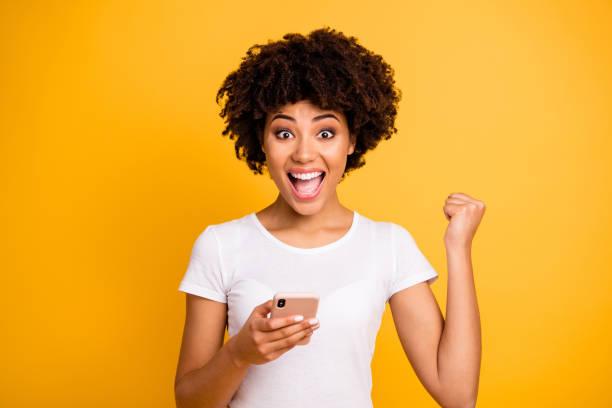 porträt von ihr sie nett niedlich schön hübsche schöne fröhliche fröhliche fröhliche fröhliche fröhliche fröhliche dame hält in händen zelle feiert isoliert auf hell lebendigen glanz gelben hintergrund - die besten apps stock-fotos und bilder