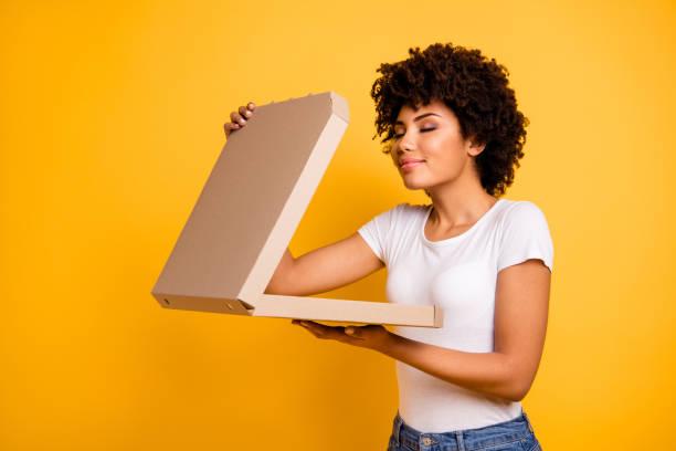 porträtt av henne hon fina söta vackra vackra vacker glad drömmande vågiga dam hålla i händerna kartong pizza box luktar isolerad över ljusa levande glans bakgrund - food woman to smell bildbanksfoton och bilder